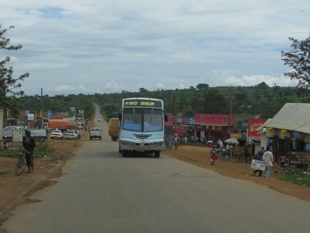 Die Dorfdurchfahrten sind nicht immer besonders einfach, da sich allerhand auf der Strasse tummelt und die Busse mit überhöhter Geschweindigkeit dahin brausen