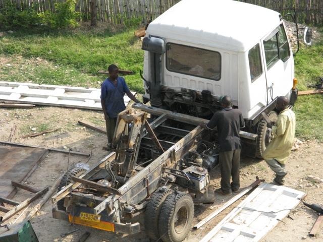 Auf dem Parkplatz des Hotels Eden Rock + Golf wird ein Lastwagen zerlegt.