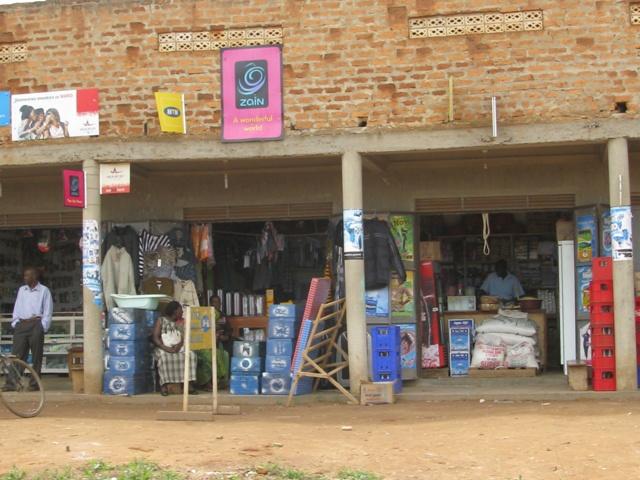 Kleine Geschäfte in einem Dorf am Weg