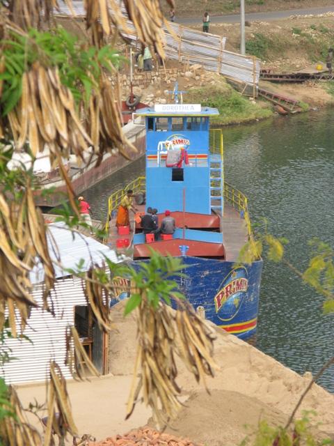 Die BRALIRWA hat eine eigene Flotte mit Bierschiffen. Eines davon ist die DOROTHEA. Hier wird im Bierhafen von Kibuye (Karongi) Primus ausgeladen.