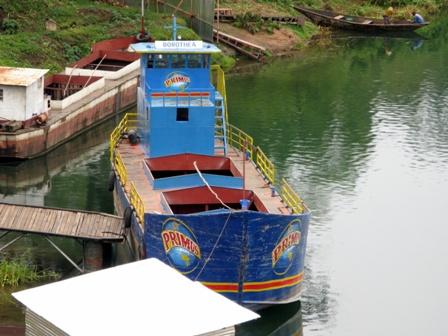 Das Primus ist ausgeliefert, die Dorothea macht im Bierhafen von Kubuye eine Pause