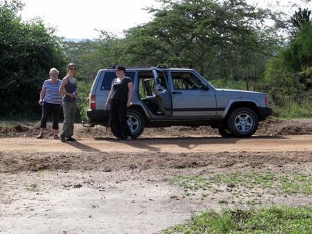 Überall hin kommt man nicht zu Fuss. Drei Damen auf Safari.