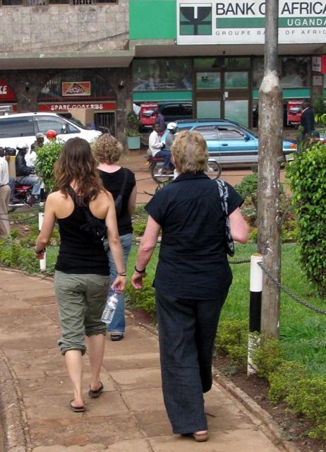 Auch die Touristinnen sind auf Shoppingtour