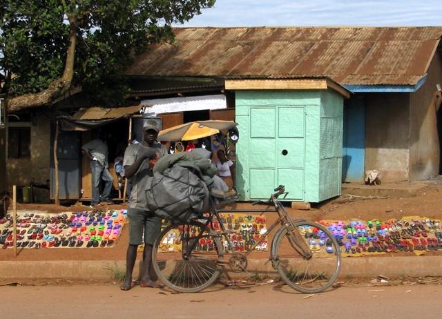 An einer Einfahrtsstrasse nach Kampala, vom Süden kommend