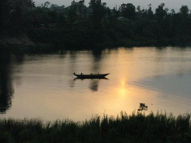 Stimmung mit Sonnenuntergang und fischerboot am Kivusee bei Cyangugu