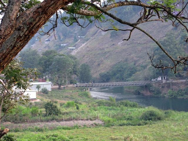 Am südlichen Ende wird der Kivusee zum Ruzizifluss. Dieser bildet die Grenze zwischcen Rwanda und der DR Kongo. Die Brücke verbindet Cyangugu mit Bukavu.