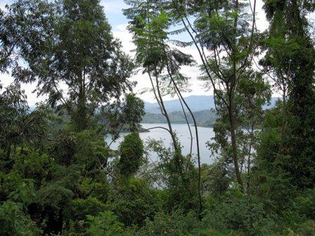 Aussicht auf den kivusee von der kibuye Memorial Kirche aus