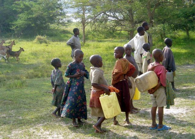 Wo neugierige TouristInnen auftreten, sind die Kinder nicht weit um die Bazungu (weisse Menschen) zu beaugapfeln