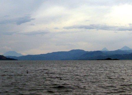 Kivusee mit den Vulkanen Nyiragongo, Karisimbi und Visike im Hintergrund