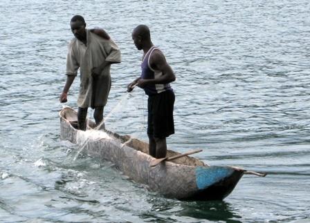 Der (magere) Fang wird ins Boot gezogen