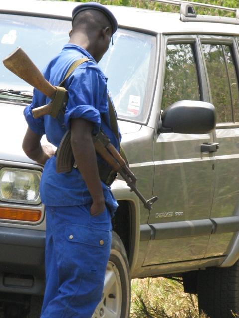 Während wir die Nilpferde, die Vögel und die Korokos beobachten, bewacht ein burundischer Polizist unser Auto vor allen möglichen Gefahren...