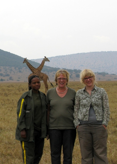 Zwei Giraffen und drei Ladies