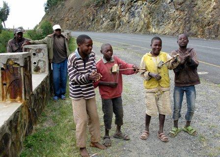 Strassenmusiker spielen bei den Ndabafällen für die TouristInnen