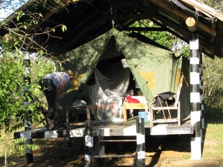 In solchen Zelten schläft es sich wunderbar. Es hat Betten und Moskitonetze und man ist über der Erde und am trockenen.