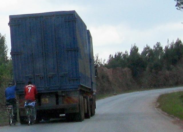 Daneben hat es auch Trittbrettfahrer: Tollkühne Velofahrer hängen sich hinten an einen lastwagen und lassen sich so den Berg hochziehen. Da heisst es Abstandwahren und beim Überholen einen ganz grossen Bogen machen...
