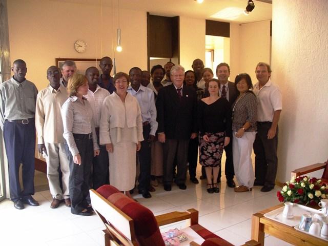 m November 2007 kam der damalige Direktor Walter Fust zu Besuch. Dies gab den Anlass zum Gruppenbild mit Botschafter.