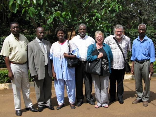 Hier die Gründungsmitglieder von Sembura Asbl, anlässlich der Unterzeichnung auf dem Distiktbüro von Nyarugenge in Kigali