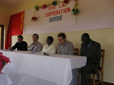 Vive la coopération Suisse: Vlnr: Landesdirektor Burundi, regionaler Direktor Grosse Seen, Bürgermeisterin der Gemeinde X, Botschafter in Kinshasa, Vizebürgermeister