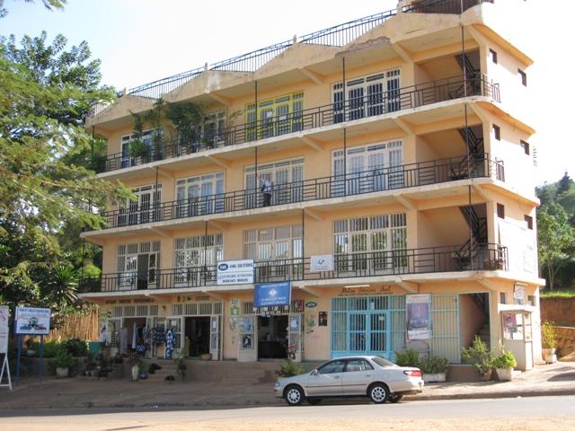 In diesem imposanten Komplex befindet sich das Büro von Sembura Asbl. Es ist dort, wo Silvia davor steht.