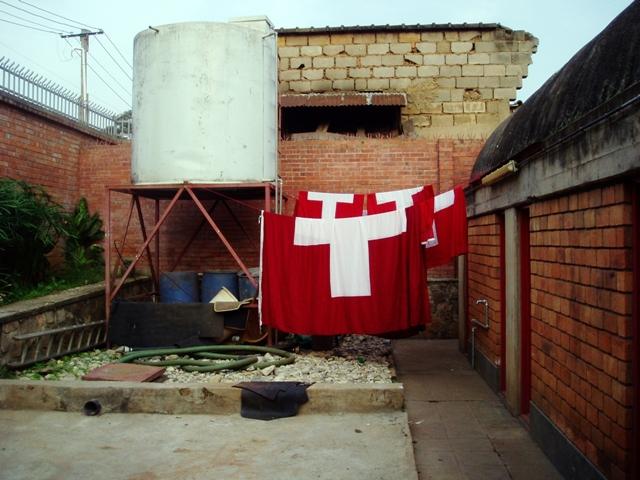 """Damit die Schweiz """"Fahne zeigen"""" kann, müssen die guten Tücher gelegentlich im Hinterhof des Büros gewaschen werden..."""