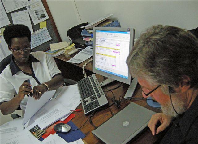 Zusammen brüten Philomène und ich über einem Buchhaltungsproblem im KoBü Bujumbura