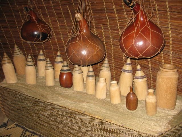 In den Kalabassen lagerte der König das Bananenbier (Uwawa) und den leckeren Honigwein. In den flaschenartigen Gefässen brachten ihm seine Frauen (die Königinnen) die Milch.