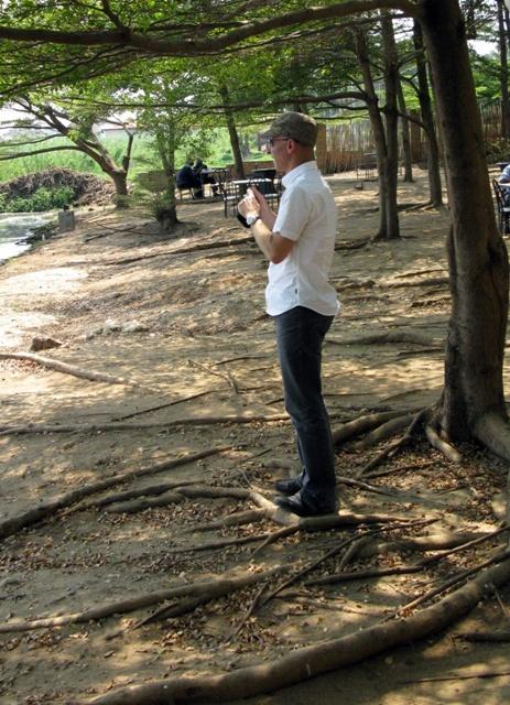 In dieser lauschigen Gartenbeiz in Bujumbura haben wir kürzlich zu Mittag gegessen. Kollege Müller macht eine Foto vom Tanganikasee