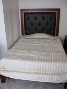 Im Hotel Umuruli in Byumba ist das Bett in die Ecke des Rundhauses gequetscht. Da gibt es nicht mehr. viel Spielraum