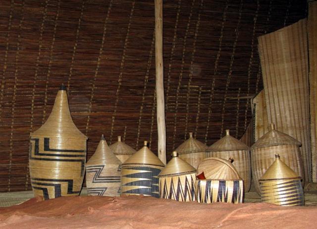 In diesen Körben versorgte der König seine sieben Sachen und die Vorräte, welche ihm vom Volk gebracht wurden.