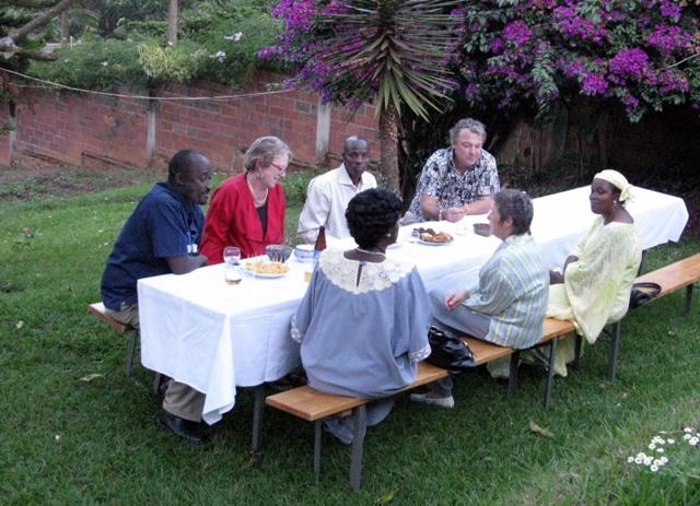 Erste Gäste machen es sich unter der Bougainville bequem