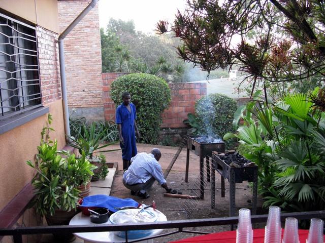 Vor dem Braten müssen die Grills tüchtig eingeheizt werden. Der Grillmaster sowie unser Obergärtner kümmern sich darum.