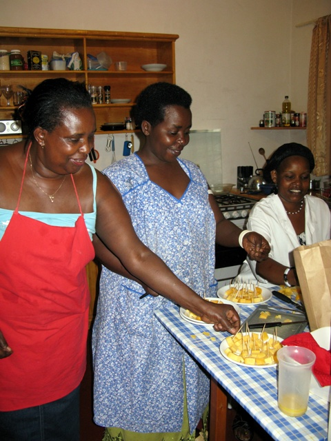 In der Küche sorgen Jeannette, Monique und Françoise für das leibliche Wohl