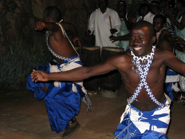 Die Tänzer gehören oft der Volksgruppe der Batwa an. Sie sind bekannt für ihre musischen und rythmischen Fähigkeiten