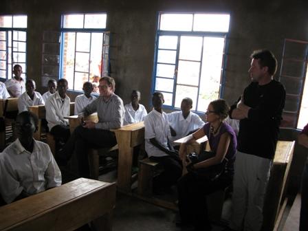 """Der Botschafter setzt sich unter die SchülerInnen und stellt Fragen über den inhalt der angebotenen Schulbildung und der Berufspläne der Kinder. Vor lauter Einschüchterung durch soviel prominenz brachten die SchülerInnen keinen """"Gags"""" hervor..."""