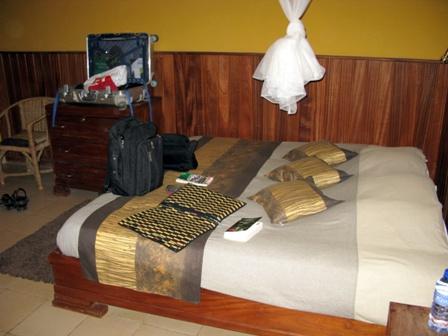 Schräge Architektur, realisiert durch den Self-Made-Man Carlos Schuler gibts in der Coco Lodge in Bukavu zu besichtigen. Herzliche Gastgeber und viel Swissness dazu.