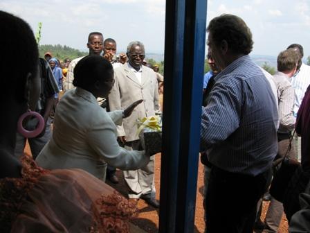 Zum Abschluss werden die DelegationsteilnehmerInnen aus der chweiz von der Gemeinde beschenkt. Es sind traditionelle geflochtene Körbchen.