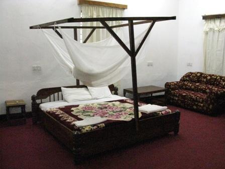 Ein Zimmer in einer, zu einem Hotel umfunktionierten ehemaligen deutschen Boma (Burgähnliches Verwaltungsgebäude) in Biharamulo, auf dem Weg nach Mwanza (Tansania)