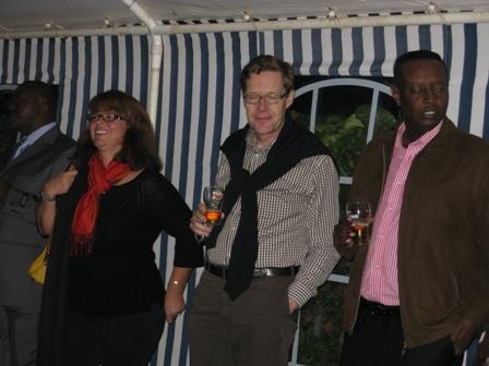 Zum gegenseitigen Verstehen sind auch gesellige Anlässe wichtig. Vlnr: Meine Nachfolgerin in Kigali, Botschafter in Kinshasa, Gouverneur Félix, Chefarzt der Provinz Ngozi