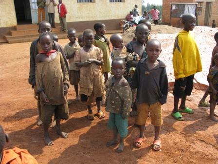 Die Kinder verfolgen die Geschehnisse mit grosser Aufmerksamkeit.
