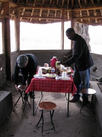 Der Chef de Cuisine bereitet das Essen auf dem Campingplatz vor.
