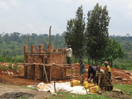 """Bauarbeiten am Sanitärtrakt des """"Guichet Foncier"""". Die DEZA unterstützt die friedliche Lösung der Landkonflikte und stellt zur Bewältigung der administrativen Aufgaben in den Gemeinden der Provinz Ngozi neben dem Lösungs-Know how auch """"One-stop-shops"""" zu allen Landfragen zur Verfügung."""