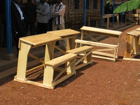In der Gemeinde wurde auch der Neubau einer Schule, samt Inneneinrichtungen finanziell unterstützt. Hier die Pulte der SchülerInnen.