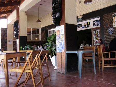 Zwar kein Bild eines Zimmers, dafür aber der Terrasse. Hier im Hotel Ibis in Butare (respektive Huye) trifft sich die Intelligenzia der Universitätsstadt zum Palaver und zum Bier. Die Zimmer sind soweit ok.